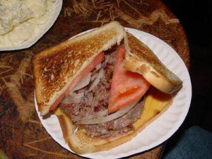 Hamburger , originalno serviranje i prilozi